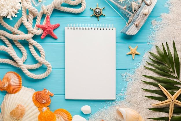 Caderno liso leigo com conceito de praia Foto gratuita