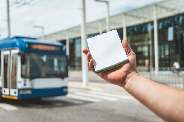 Caderno na mão de um homem Foto Premium
