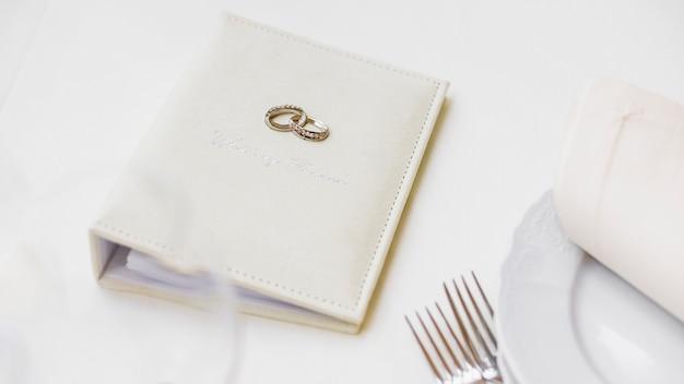 Caderno para planejamento de casamento Foto gratuita