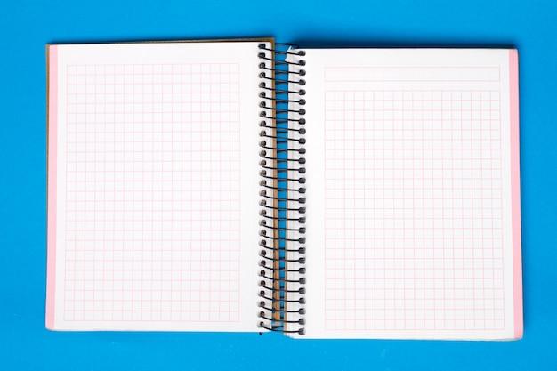 Caderno pequeno sobre um fundo azul. Foto Premium
