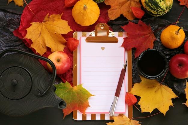Caderno vazio com folha de bordo, maçãs e abóboras Foto Premium
