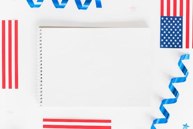Caderno vazio com pequenas bandeiras dos eua Foto gratuita