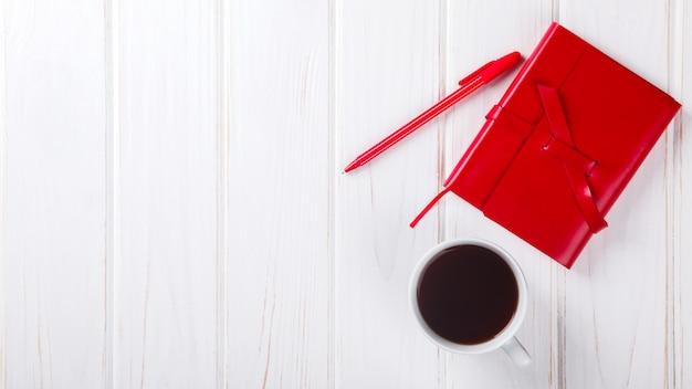 Caderno vermelho com caneta conceito de negócio Foto Premium