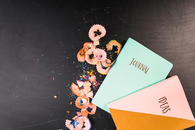 Cadernos com aparas de giz de cera Foto gratuita