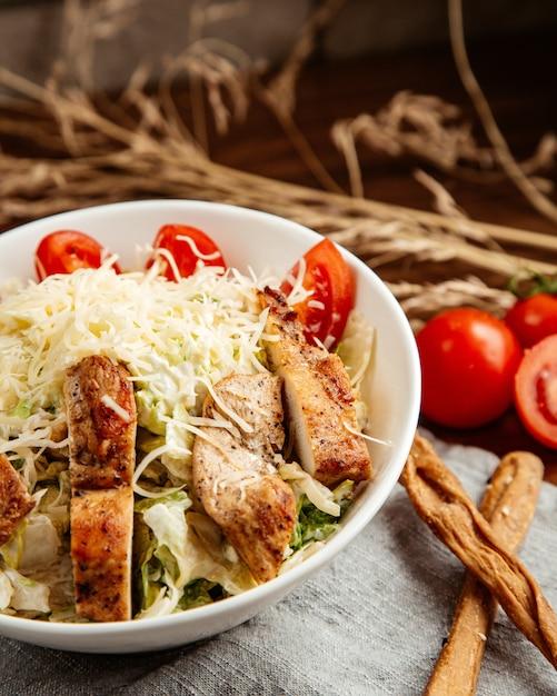 Caesar frango alface queijo tomate anchovas vista lateral Foto gratuita