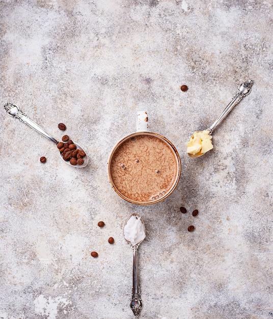 Café à prova de balas. bebida com baixo teor de carboidratos Foto Premium