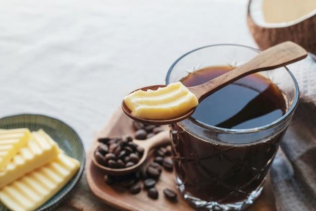 Café à prova de balas, misturado com manteiga alimentada com capim orgânico e óleo de coco mct Foto Premium