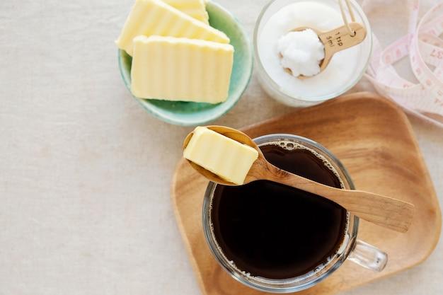 Café à prova de balas, misturado com manteiga e óleo de coco, paleo, bebida cetogênica Foto Premium