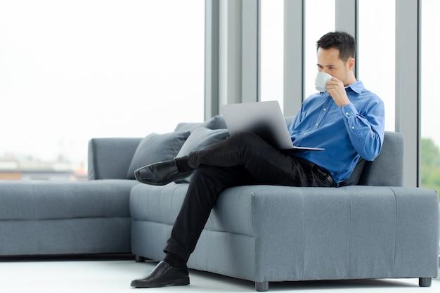 Café bebendo do homem de negócios no escritório. Foto Premium