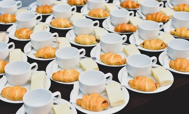 Café bebidas catering, café quente servido com pão, coffee break na reunião da conferência para seminário Foto Premium