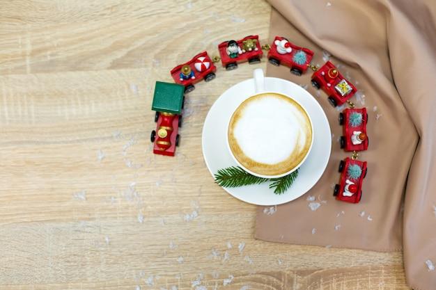 Café cappuccino de manhã festivo fresco delicioso em uma xícara de cerâmica branca Foto Premium