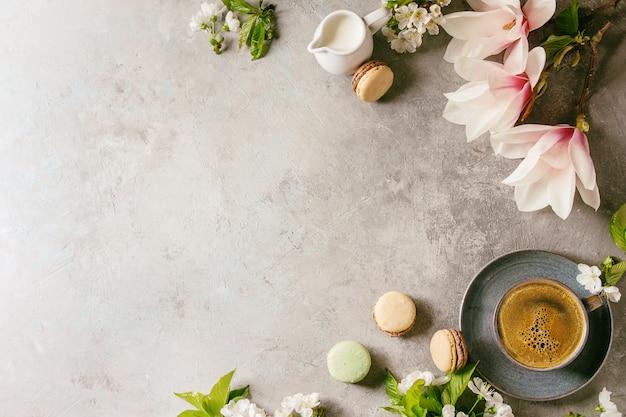 Café com flores da primavera Foto Premium