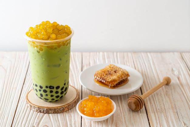 Café com leite chá verde com bolhas de bolha e mel Foto Premium