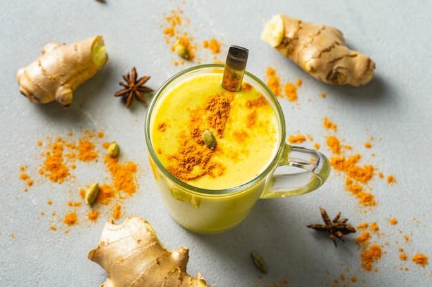 Café com leite dourado. bebida indiana açafrão dourado leite em vidro Foto Premium