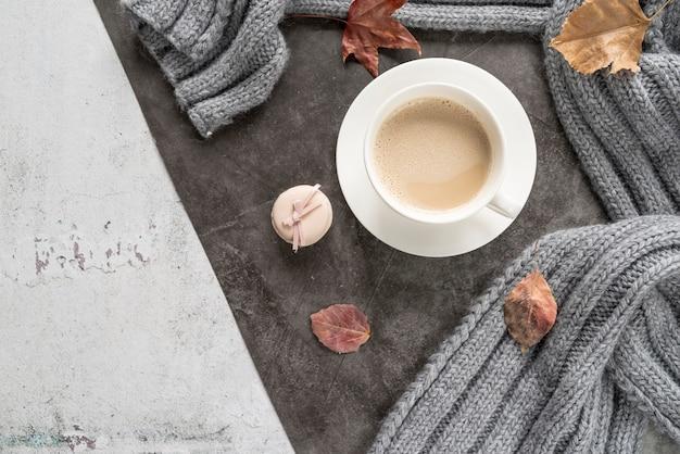Café com leite e camisola quente na superfície surrada Foto gratuita