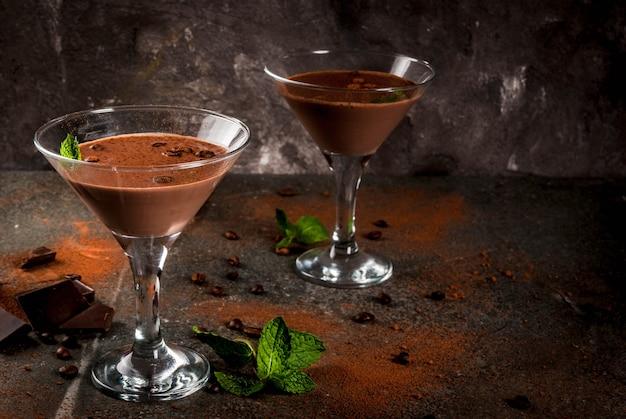 Café creme cocktail, chocolate martini com hortelã na mesa de pedra preta, copyspace Foto Premium