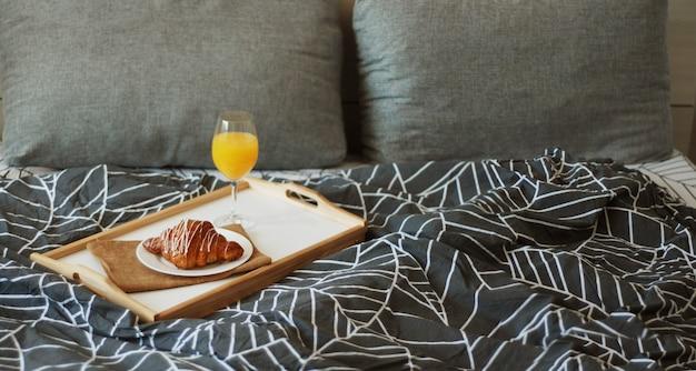 Café, croissants e suco de laranja. Foto Premium