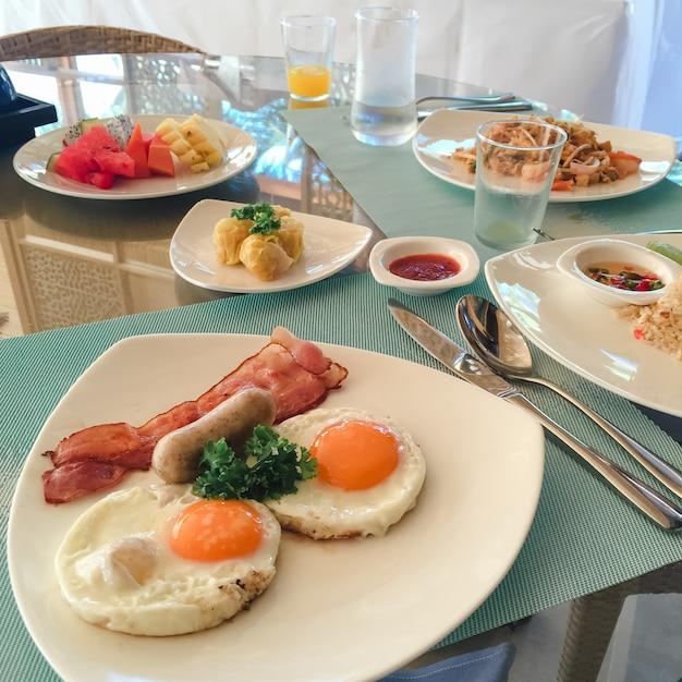 Excepcional Café da manhã americano. Café da manhã delicioso para um. A mulher  BH19