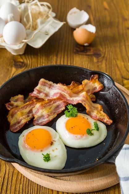 Café da manhã americano com ovos fritos, bacon Foto Premium