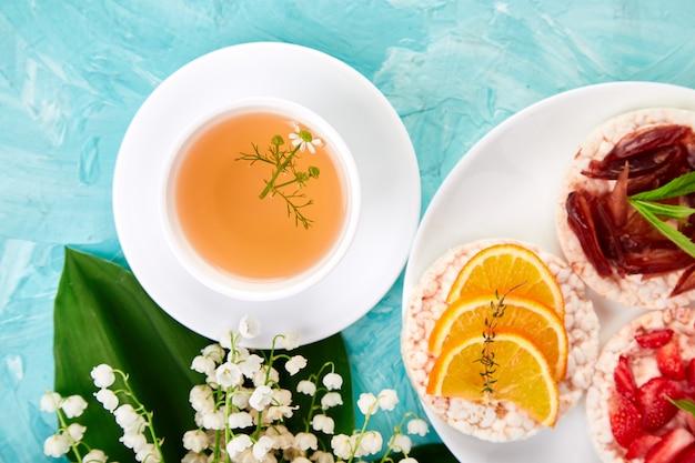 Café da manhã chá, arroz estaladiço Foto Premium
