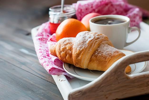 Café da manhã com café e croissant Foto Premium