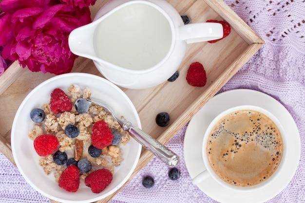Café da manhã com café, granola, frutas e leite Foto Premium
