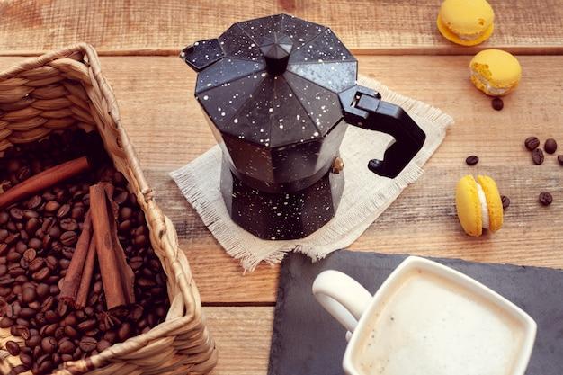 Café da manhã com cafeteira e macaroons Foto Premium