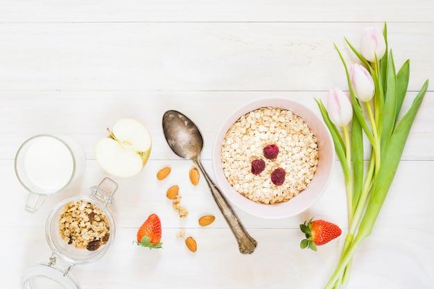 Café da manhã com cereais e frutas Foto gratuita