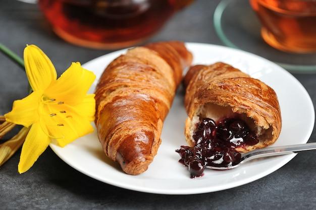 Café da manhã com croissants chá, croissants, lily na Foto Premium