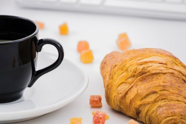 Café da manhã com croissants e frutas Foto gratuita