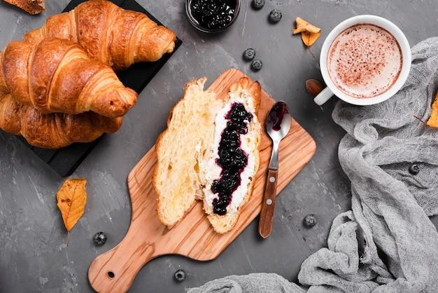 Café da manhã com croissants, geléia e café Foto gratuita