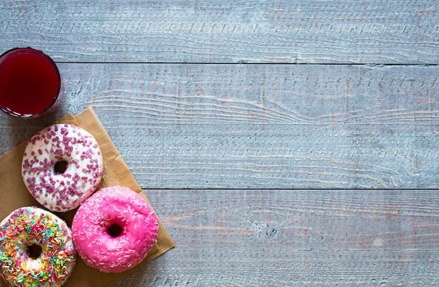 Café da manhã com donuts coloridos Foto Premium