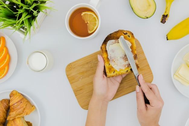 Café da manhã com fatias de pão e manteiga Foto gratuita