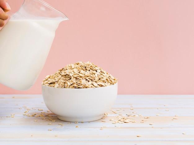 Café da manhã com leite e tigela de aveia Foto Premium