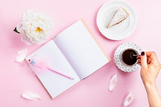 Café da manhã com notebook, café e bom humor Foto Premium