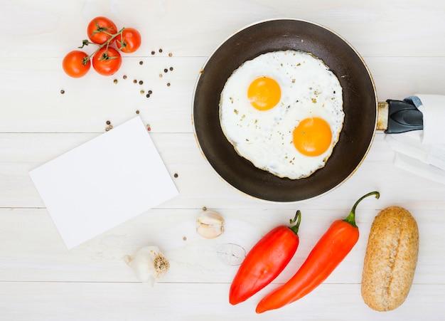 Café da manhã com ovos e frigideira Foto gratuita