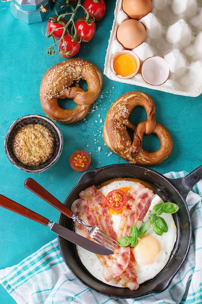 Café da manhã com ovos fritos e bacon Foto Premium