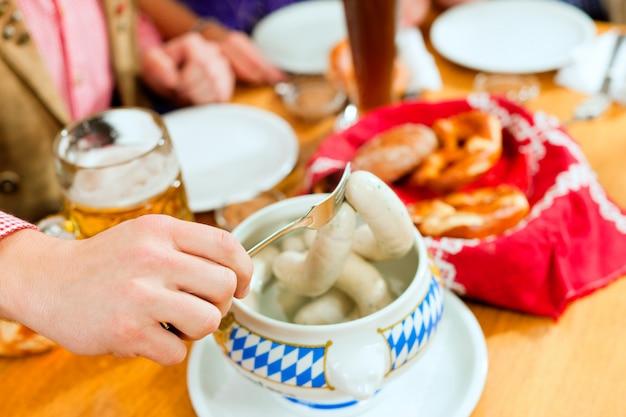 Café da manhã com salsicha de vitela branca da baviera Foto Premium