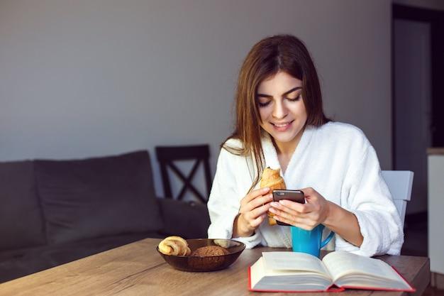 Café da manhã com telefone Foto Premium