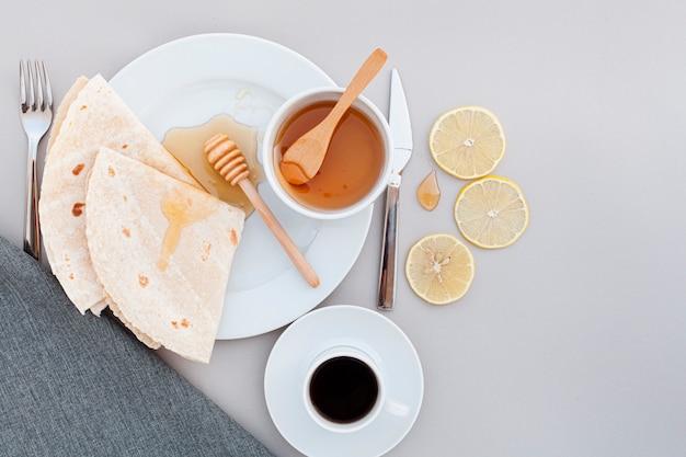 Café da manhã com vista superior e tortilhas e café Foto gratuita