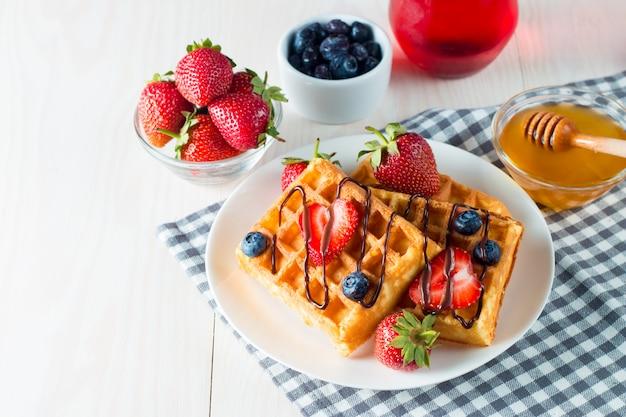 Café da manhã com waffles Foto Premium