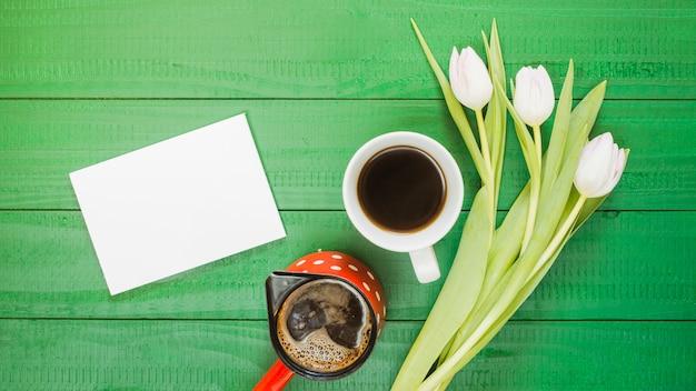 Café da manhã com xícara de café e flores Foto gratuita