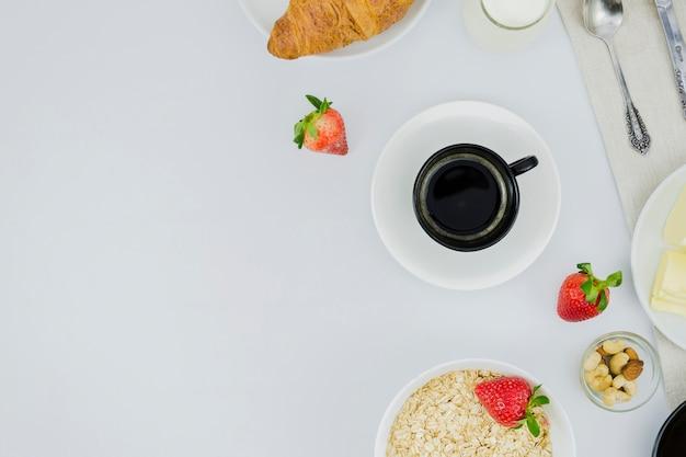 Café da manhã com xícara de café e frutas Foto gratuita