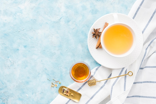Café da manhã com xícara de chá Foto gratuita