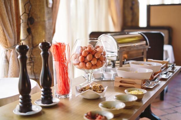 Café da manhã. cozinhar ovos no restaurante ou hotel. Foto Premium