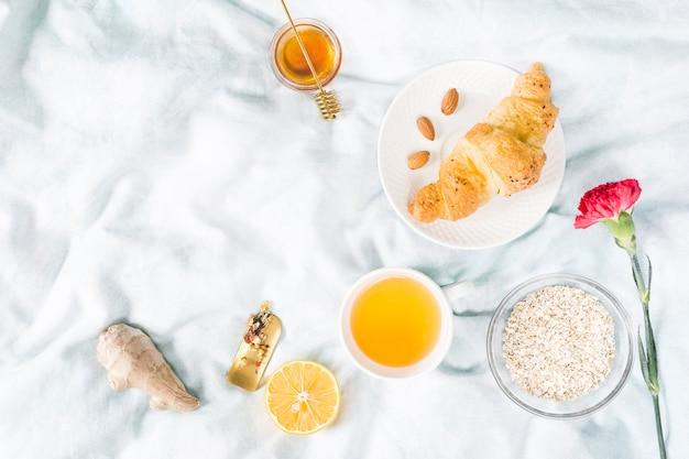 Café da manhã croissant Foto gratuita