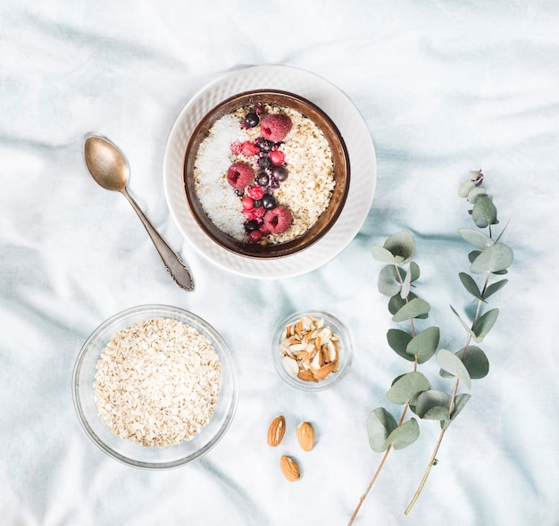 Café da manhã de cereais na cama Foto gratuita