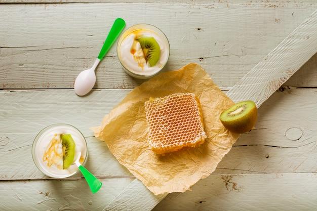 Café da manhã de comida real de iogurte de mel e kiwi Foto gratuita