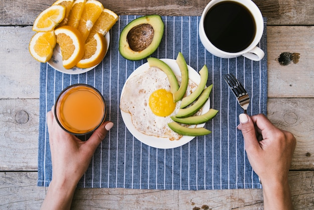 Café da manhã de proteína de vista superior com ovos e frutas Foto gratuita