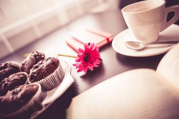 Café da manhã e flor rosa Foto gratuita